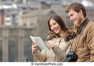 paar, van, toeristen, raadgevend, een, gids, in, winter