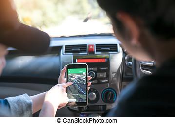 paar, van, toeristen, raadgevend, een, stad, gids, en, smartphone, navigatiesysteem, in, de, straat, grondig, plaatsen