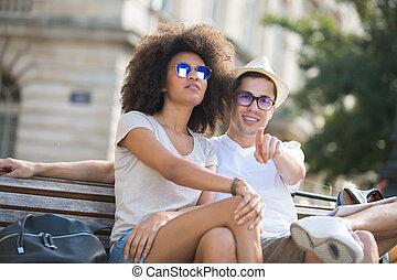 paar, van, toeristen, zittende , en, richtend bij, horizon, op, vakanties