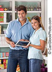 paar, vasthouden, digitaal tablet, in, supermarkt