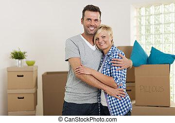 paar, verhuizing, gedurende, thuis, omhelzen