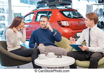 Paar, Verkäufer, ausstellungsraum, Kommunizieren