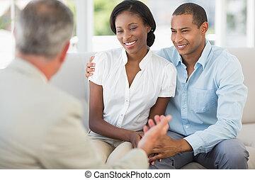paar, verkoper, jonge, het luisteren, bankstel