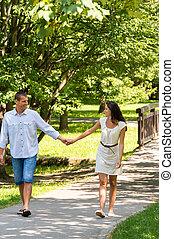 paar, verliefd, holdingshanden, wandelende, park