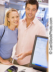 paar, vervaardiging, aankoop, met, kredietkaart
