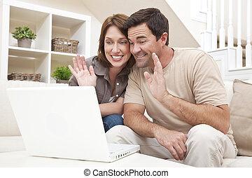 paar, vervaardiging, voip, internet, telefoongesprek, op, laptop computer
