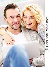 paar, volwassene, gebruik, thuis, draagbare computer, vrolijke