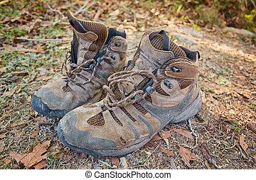 paar, von, altes , schlammig, wandernde stiefel, trocknen, an, der, rand, von, a, flüßchen