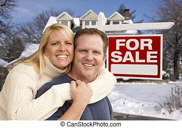paar, voor, nieuw huis, en, vastgoed voorteken