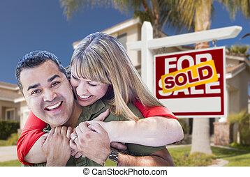 paar, voor, sold, vastgoed voorteken, en, woning