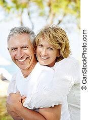 paar, vrolijke , middelbare leeftijd , buitenshuis