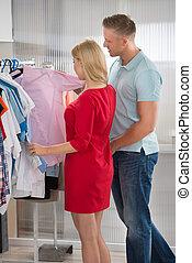 paar, wählen, hemden, in, kaufmannsladen