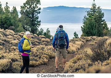 paar- wandern, mit, baby- junge, reisen, in, rucksack