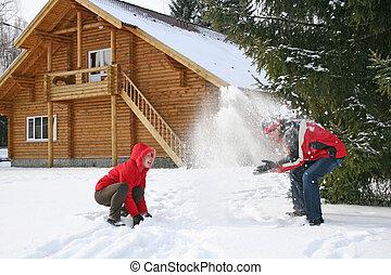 paar, winter, haus, werfen, schnee