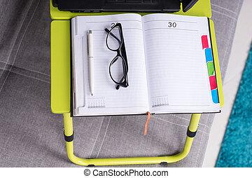paar, zeitschrift, tagebuch, oder, brille