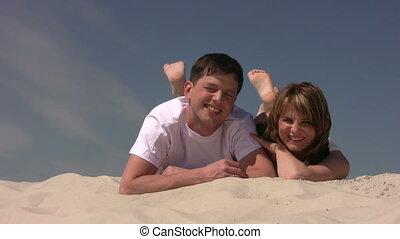 paar, zittende , op het zand, rillend, hun, benen