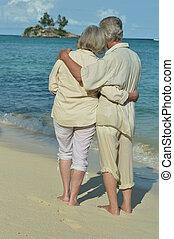 paar, zurück, senioren, zusammen., sandstrand, ansicht