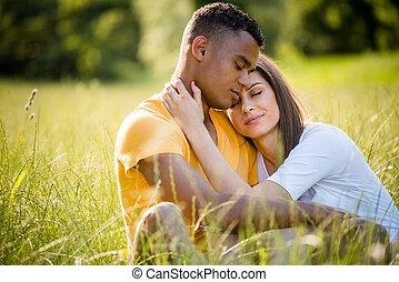 paar, -, zusammen, ethnisch, gemischter, glücklich