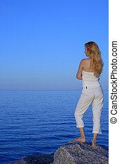 pacata, mulher jovem, olhando mar