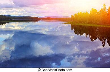 pacata, reflexão lago, contra, a, céu azul, com, nuvens brancas