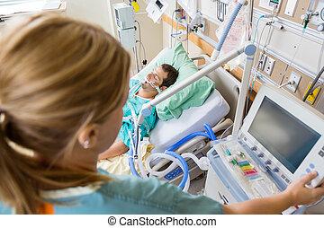 paciente, botão, cama, apertando, monitor's, enfermeira,...