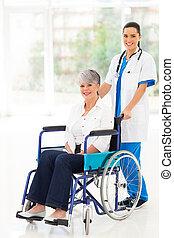 paciente, cadeira rodas, empurrar, jovem, meio, enfermeira, envelhecido