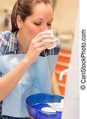 paciente dental, mulher, enxague, boca, após, tratamento