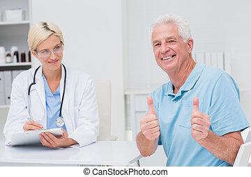 paciente, doutor, cima, clínica, polegares, sênior, gesticule