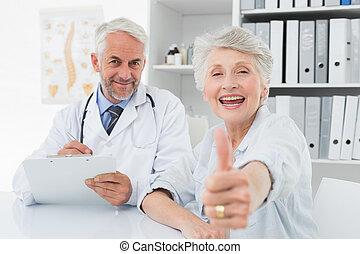 paciente, doutor, cima, polegares, sênior, gesticule, feliz
