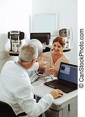 paciente, doutor, clínica, privado, falando, enquanto, olho, sorrindo