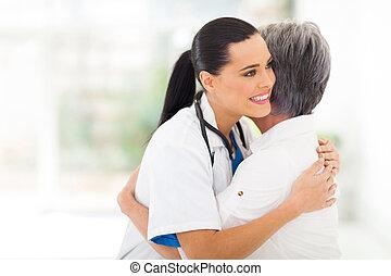 paciente, doutor, médico, jovem, abraçando, sênior