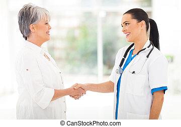paciente, doutor, médico, meio envelheceu, handshaking
