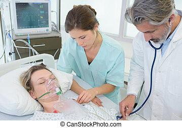 paciente, en, máscara de respiración