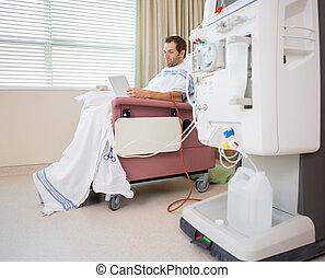 paciente, utilizar, tableta de digital, en, diálisis, centro