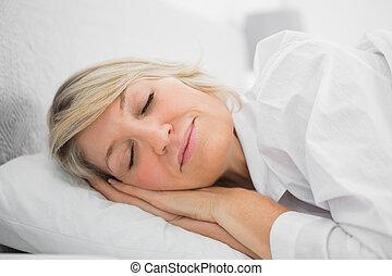 pacificamente, loiro, mulher, dormir
