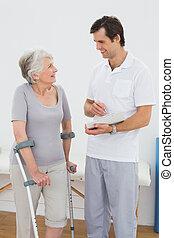 pacjent, informuje, niepełnosprawny, terapeuta, senior, dyskutując