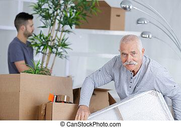 packat, rutor, gripande, tömma rum, äldre bemanna