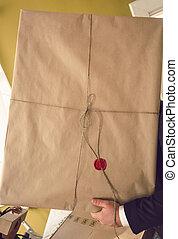pacote, carregar, papel, selado, cera, compactado, homem