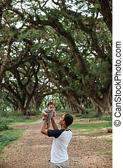 padre, asiático, arriba, bebé, hija, parque, escoge, el suyo