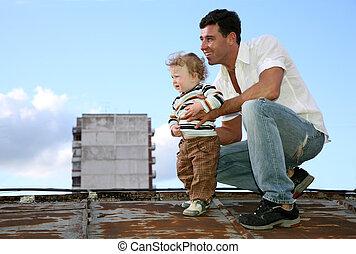 padre, con, el, niño, en, el, techo