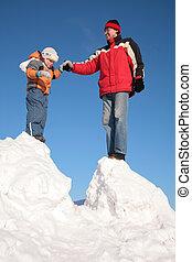 padre, con el niño, estante, en, nieve, colina