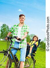 padre, con, figlio, bicicletta