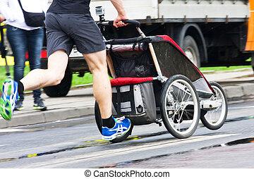 padre, corra, con, cochecito del bebé, en, maratón