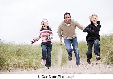 padre, due, giovane, correndo, sorridente, spiaggia, bambini