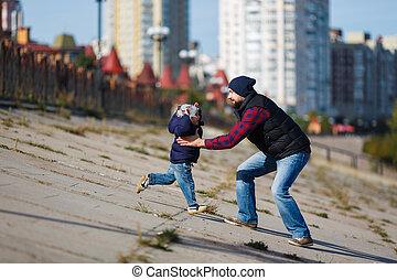 padre e hijo, ambulante, en, otoño