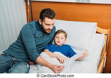 padre e hijo, dibujo, juntos, en, hospital, cámara, papá, y, hijo, en, hospital