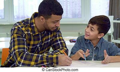 padre e hijo, empate, en la mesa