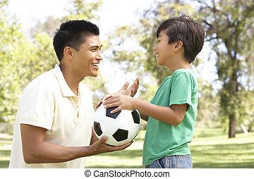padre e hijo, en el estacionamiento, con, fútbol