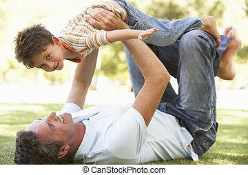 padre e hijo, jugar juntos, en el estacionamiento
