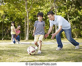 padre, entrenamiento, hijo, al juego, futbol
